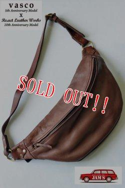 画像1: 「Re.Act」×「vasco」10th Leather Waist Bag リ・アクト × バスコ 10周年コラボ ウエストバッグ [チョコ]